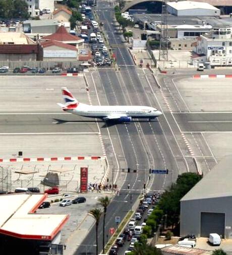 coches esperando aeropuerto gibraltar