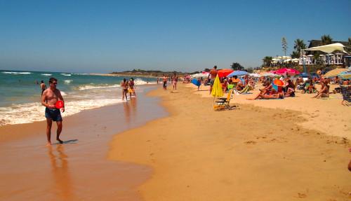 playa de zahora junto a chiringuitos